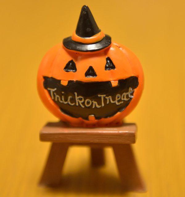 ダイソーハロウィンのイーゼルに乗ったかぼちゃの写真